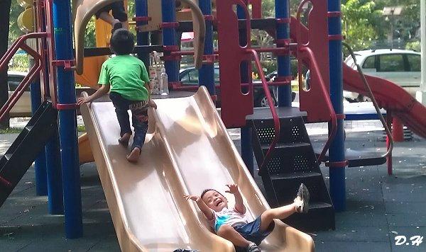 在新興公園溜滑梯故意溜個四腳朝天