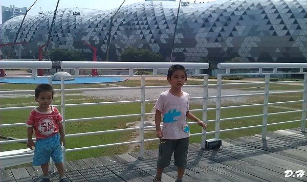 新光碼頭棧橋上看高雄世貿展覽館