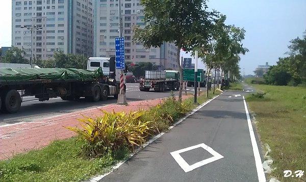 通往55號碼頭與加工出口區的路上,貨櫃車一輛接一輛