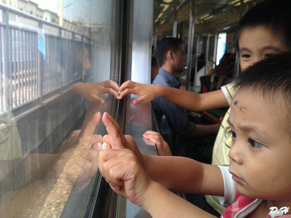 在火車車窗嘟嘟嘟